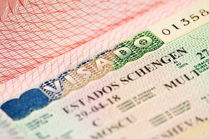 Visto de Schengen do espanhol em um passaporte imagens de stock