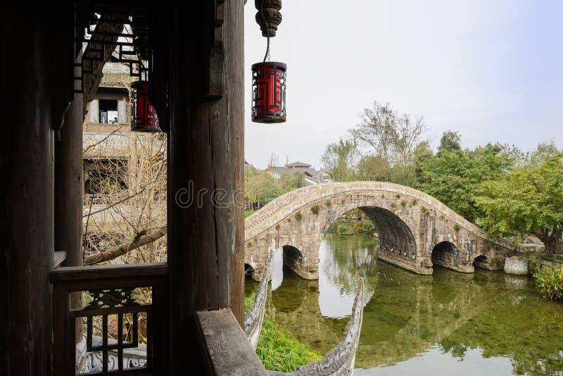 Visto de torre de madera envejecida, puente de piedra del arco sobre riverlet en c fotos de archivo