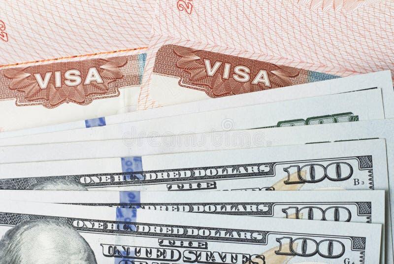 Visto del bollo nel passaporto e nei dollari americani di primo piano, vista superiore fotografie stock