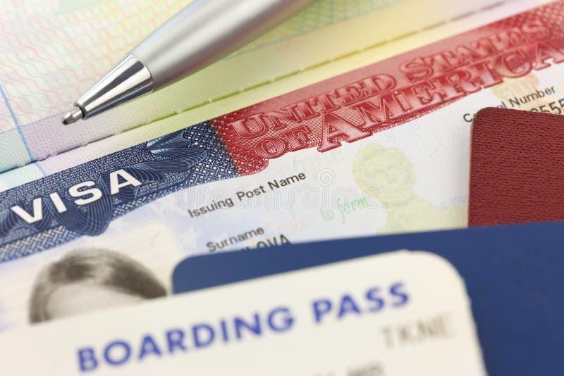 Visto dos EUA, passaportes, passagem de embarque e pena - curso estrangeiro imagem de stock