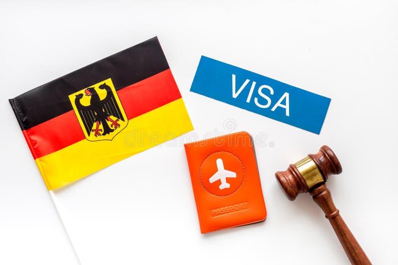 Visto para o conceito alemão Bandeira alemã perto do passaporte e martelo de juiz sobre fundo branco de cima para baixo imagens de stock