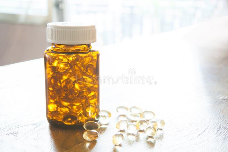 Vistraan, zachte capsule, Omega, supplement en fles op houten t royalty-vrije stock afbeelding