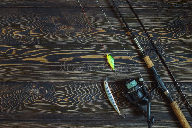 Vistuig - het spinnen, lijn, haken en lokmiddelen op rustieke houten achtergrond stock foto's