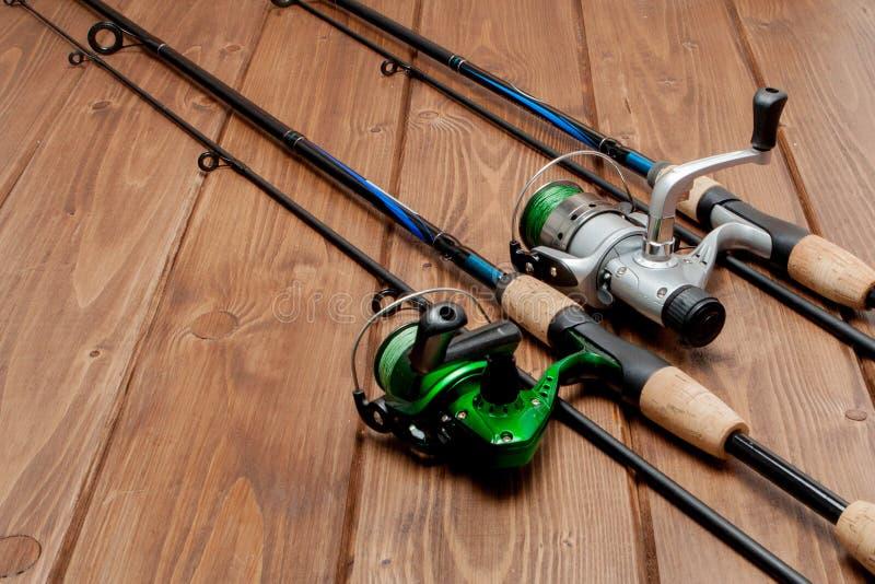 Vistuig - visserij het spinnen, haken en lokmiddelen op houten achtergrond met exemplaarruimte stock afbeelding