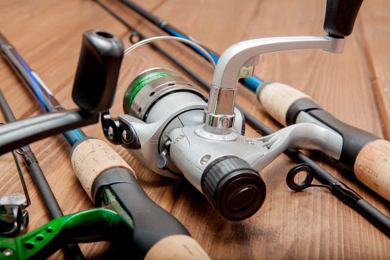 Vistuig - visserij het spinnen, haken en lokmiddelen op houten achtergrond met exemplaarruimte stock foto's