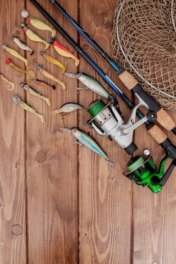 Vistuig - visserij het spinnen, haken en lokmiddelen op houten achtergrond met exemplaarruimte royalty-vrije stock fotografie