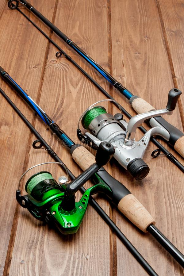 Vistuig - visserij het spinnen, haken en lokmiddelen op houten achtergrond met exemplaarruimte royalty-vrije stock foto