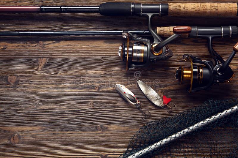 Vistuig - visserij het spinnen, haken en lokmiddelen op houten bac stock fotografie