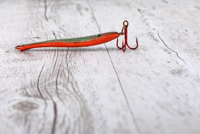 Vistuig - visserij het spinnen, haken en lokmiddelen op witte houten achtergrond Hoogste mening stock foto