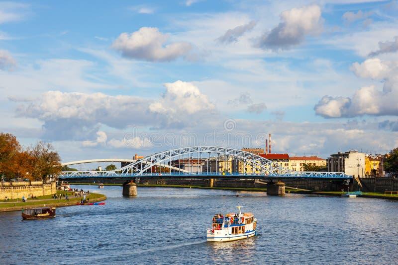 Vistula River no centro da cidade histórico de Krakow, Polônia imagens de stock