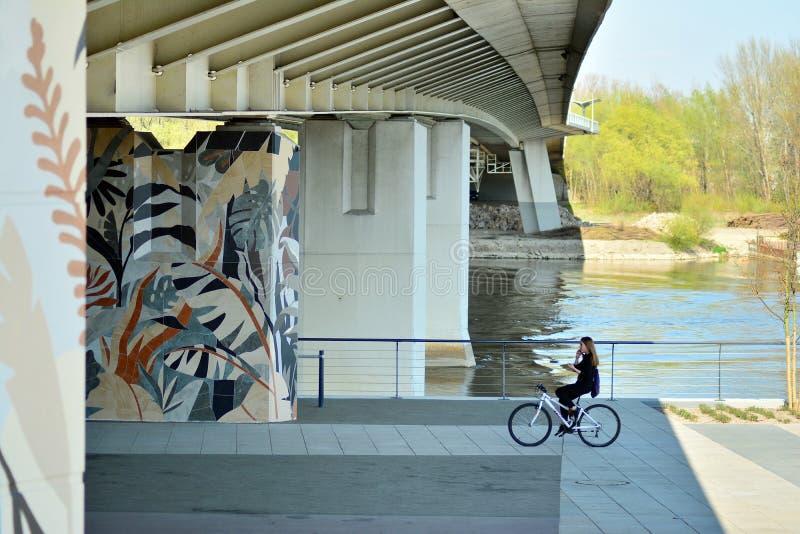 Бульвары Vistulan на западной стороне реки Вислы в Варшаве Прогулка на банке Рекы Висла стоковая фотография