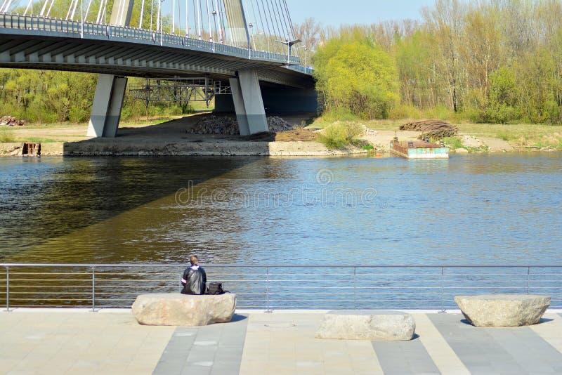 Бульвары Vistulan на западной стороне реки Вислы в Варшаве Прогулка на банке Рекы Висла стоковые изображения rf