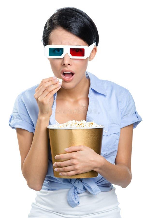 Visualisateur observant le film 3D avec le bol de maïs éclaté photos stock
