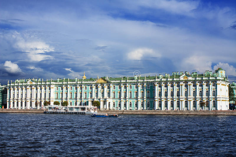 Visualisez le palais de l'hiver à St Petersburg de fleuve de Neva Russie photo stock