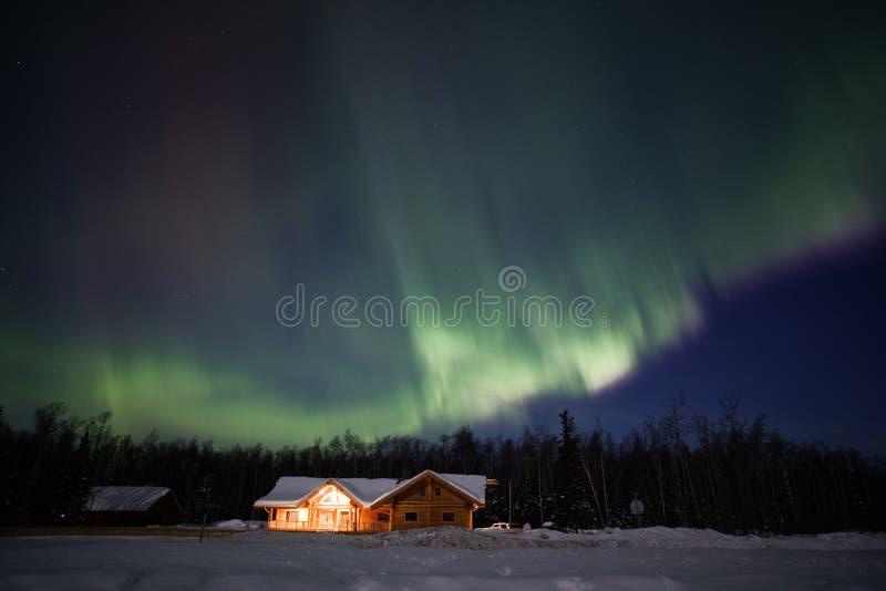 Visualización activa de las luces norteñas en Alaska imagen de archivo