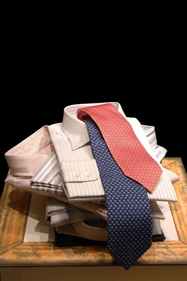 Visualización de las camisas y de los lazos de los hombres foto de archivo libre de regalías