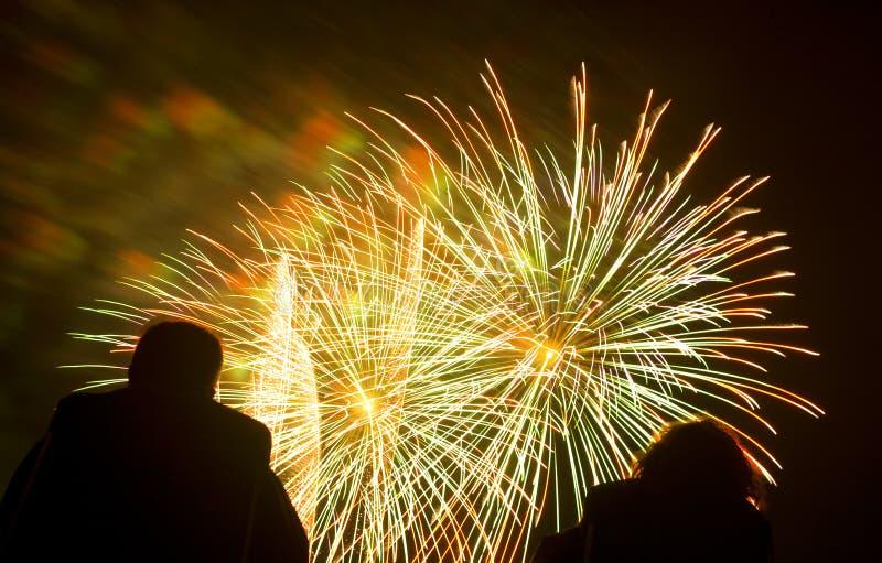 Visualización de los fuegos artificiales foto de archivo