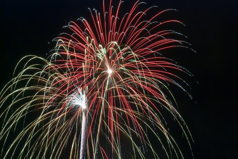 Visualización de los fuegos artificiales de la noche imagen de archivo libre de regalías