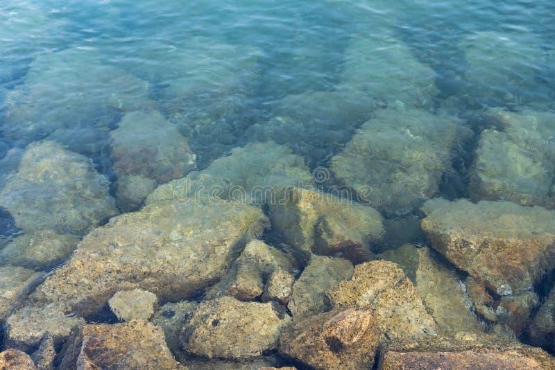Visualizzazione ad angolo elevato Roccia sotto una superficie d'acqua pulita Tailandia immagine stock