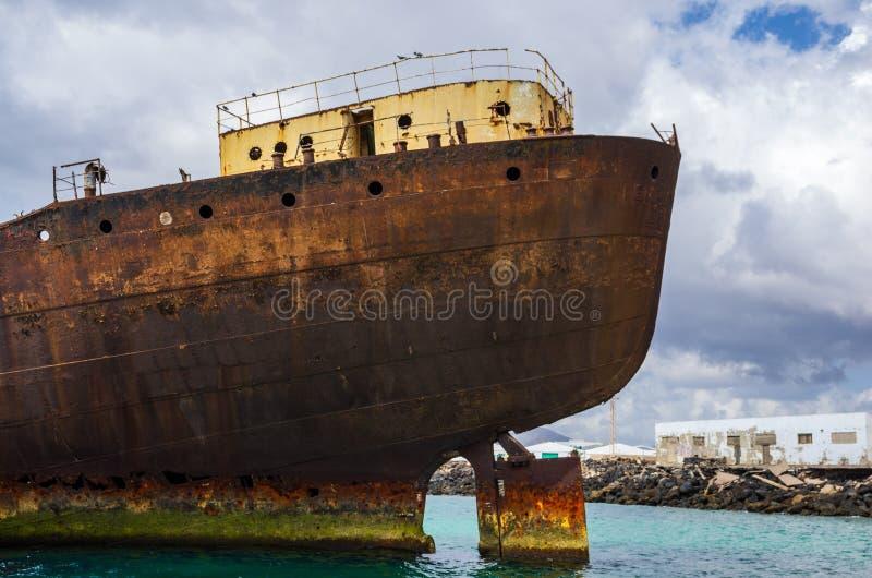 Visualizzazione alta vicina del relitto della nave del tempio Corridoio con il porto di Arrecife nel fondo fotografia stock libera da diritti