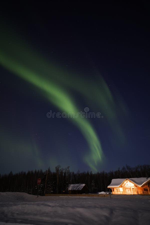 Visualizzazione attiva degli indicatori luminosi nordici nell'Alaska fotografia stock libera da diritti