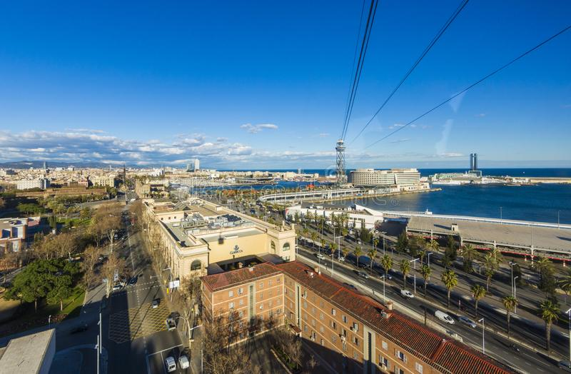 Visualizzazione del porto di Barcellona Spagna dalla cabina di funivia con le sue palme e l'oceano immagini stock libere da diritti