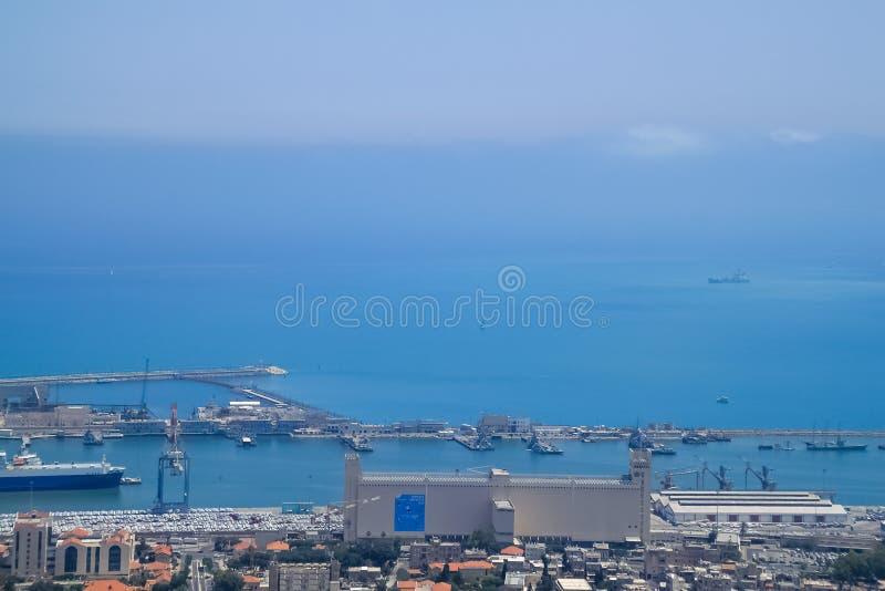 Visualizzazione dell'angolo alto dal monte Carmelo sopra il mar Mediterraneo e una porta navale fotografia stock