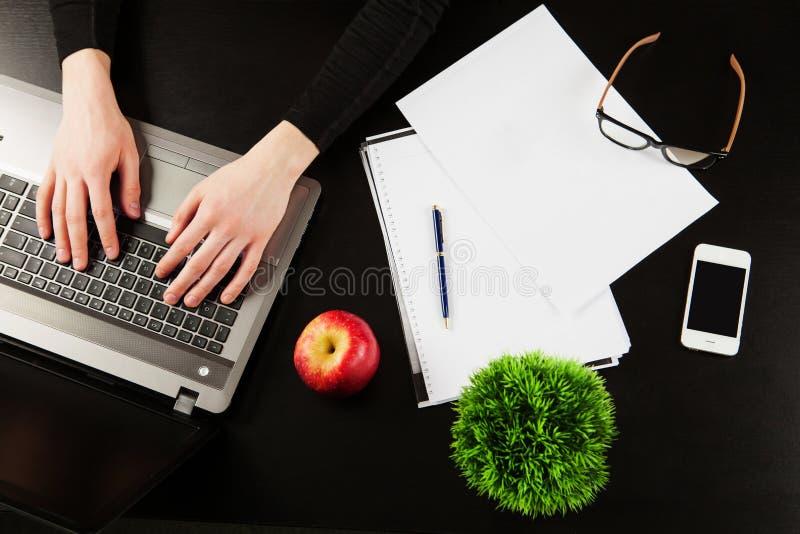 Visualizzazione dell'angolo alto del posto di lavoro con il computer fotografie stock libere da diritti
