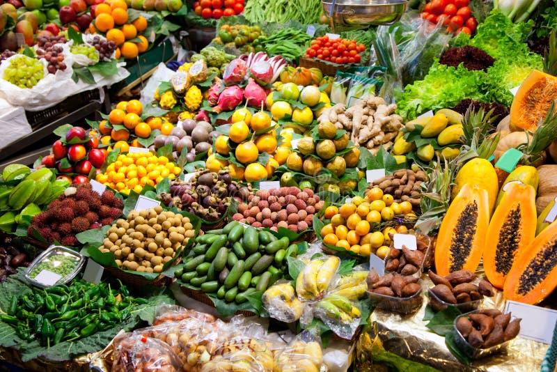 Visualizzazione della frutta del mercato di Barcellona Boqueria immagine stock