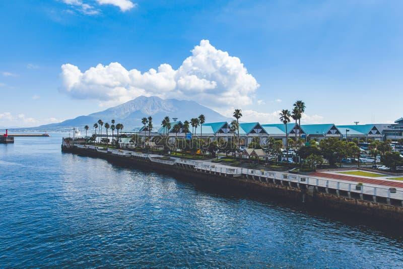 Visualizzazione della porta di Kagoshima con il vulcano di Sakurajima immagine stock libera da diritti