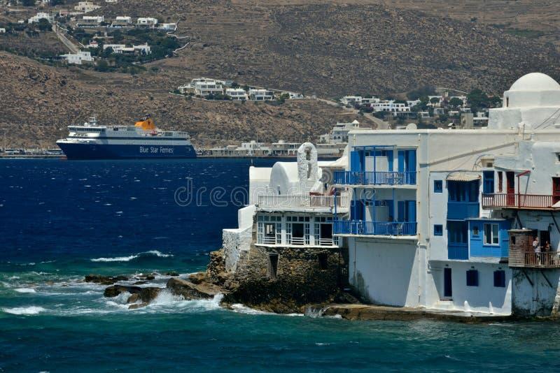 Visualizzazione di poca Venezia in Mykonos ed in un traghetto che lascia la porta fotografie stock libere da diritti