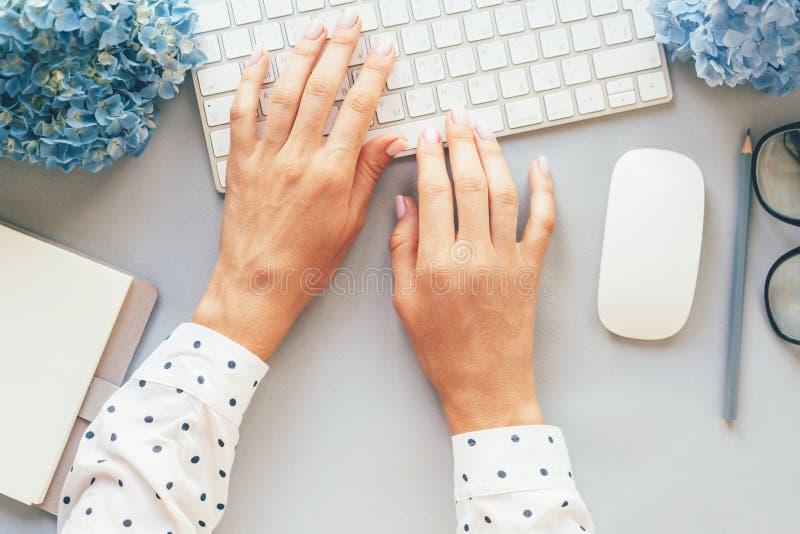 Visualizzazione op delle mani in una camicia del pois che scrive su una tastiera di computer immagini stock