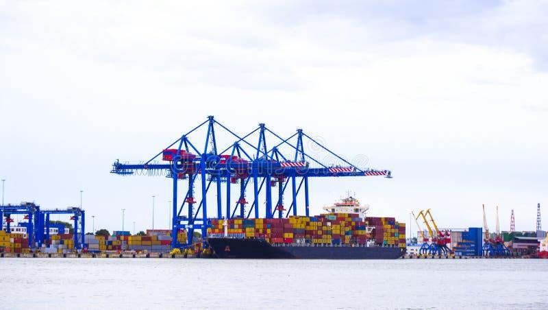 visualizzazione panoramica dello Inclinazione-spostamento di porto marittimo con la nave, carico, containe immagini stock