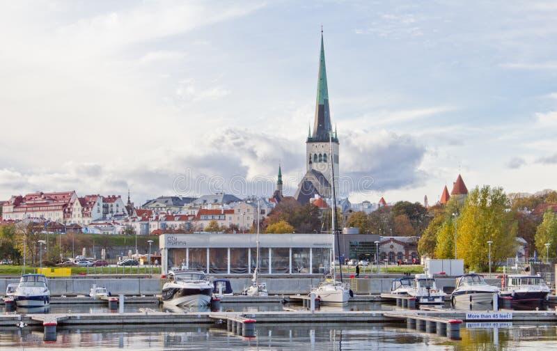 Visualizzazione scenica di estate di Città Vecchia e la porta a Tallinn, Estonia variopinta in bel tempo Gli yacht sono in porto fotografia stock