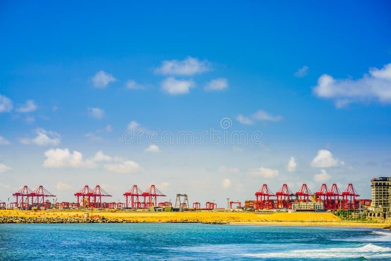 Visualizzazione su porto di Colombo, dietro Long Beach a Colombo, lo Sri Lanka fotografie stock libere da diritti