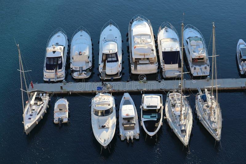 Visualizzazione superiore degli yacht di navigazione lussuosi e delle barche attraccati nella porta di Fontvieille nel Monaco fotografia stock