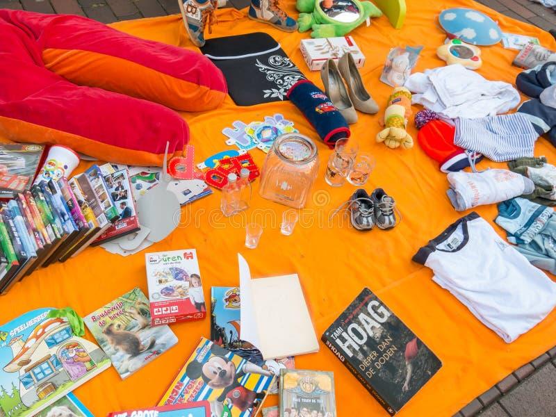 Visualizzi le merci sul mercato delle pulci del Day di re in Olanda immagine stock libera da diritti