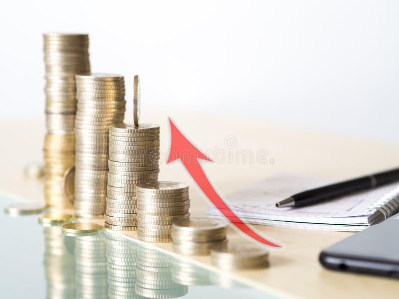 Visueel concept die de verhoging van waarde van de munt tonen De foto van de waardeverhoging met muntstukken wordt gemaakt dat stock foto's