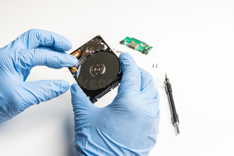 Visuele inspectie van een geopende harde schijf stock foto