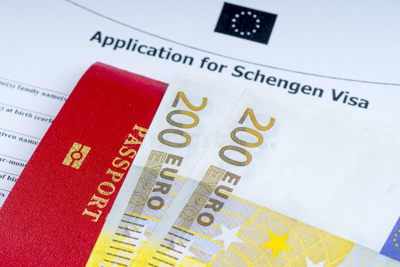 Visumansökningsblankett, pass, eurosedlar arkivbilder