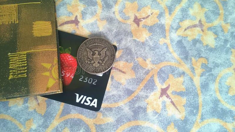 Visumsbankkarte und Halbdollarmünzemünze stockbild