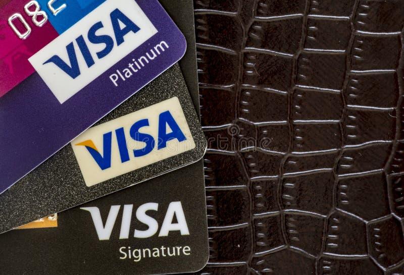 Visumskreditkarten auf einem Geldbörsen-Hintergrund lizenzfreies stockbild