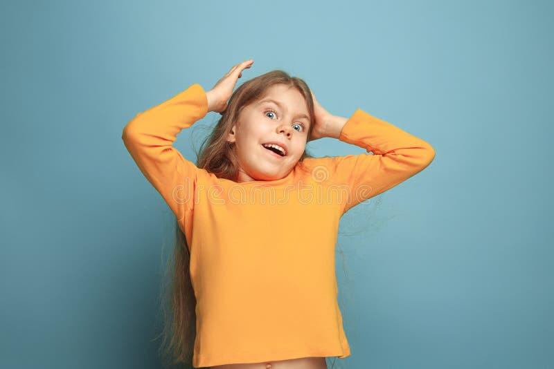 Vitória - a menina adolescente loura emocional tem um olhar da felicidade e um sorriso toothy Tiro do estúdio fotografia de stock