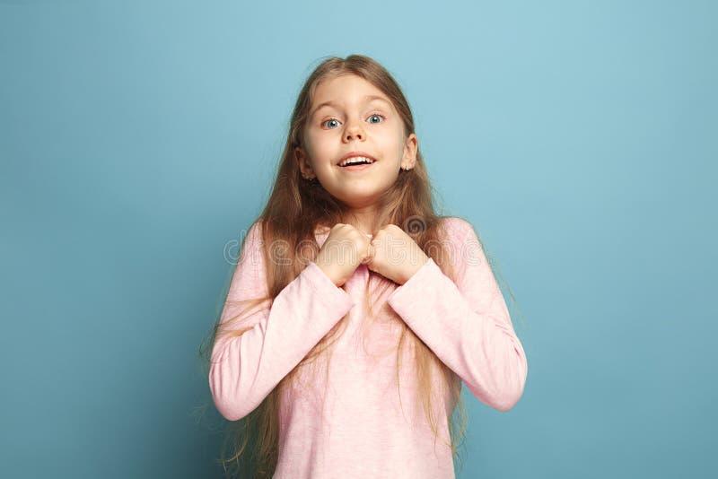 Vitória - a menina adolescente loura emocional tem um olhar da felicidade e um sorriso toothy Tiro do estúdio foto de stock royalty free