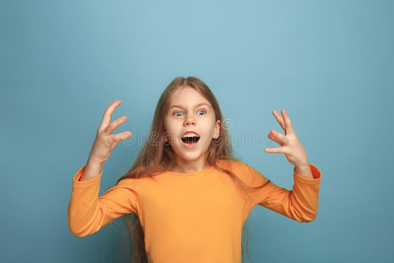 Vitória - a menina adolescente loura emocional tem um olhar da felicidade e um sorriso toothy Tiro do estúdio fotos de stock