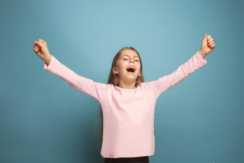 Vitória - a menina adolescente loura emocional tem um olhar da felicidade e um sorriso toothy Tiro do estúdio foto de stock