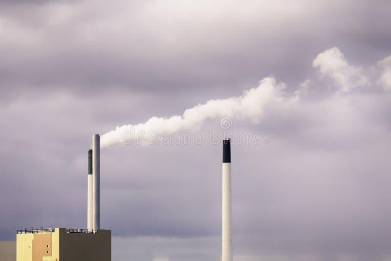 Vit ånga från en lampglas på den gråa himmelbakgrunden Smog- och föroreningbegrepp fotografering för bildbyråer