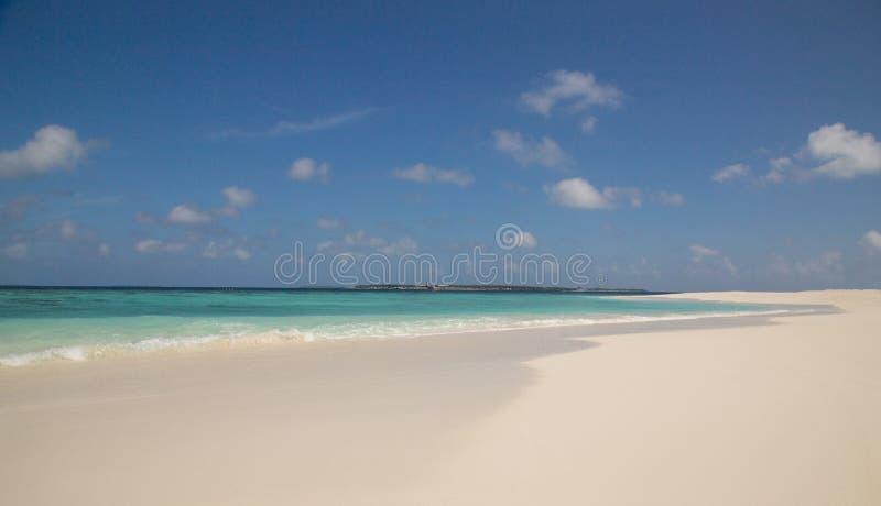 Vit ö Maldiverna för sandstrandatoll arkivbilder