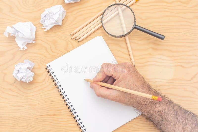 Vit anteckningsbok p? en tr?tabell Runt om notepads styckar i lotter l?gnerna skrynkligt papper royaltyfri foto