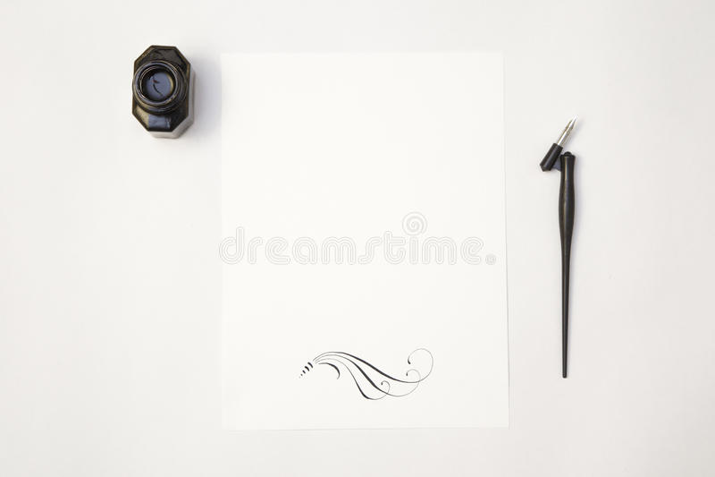 Vit arkmodell för tomt papper med kalligrafistiftet och färgpulver arkivbild